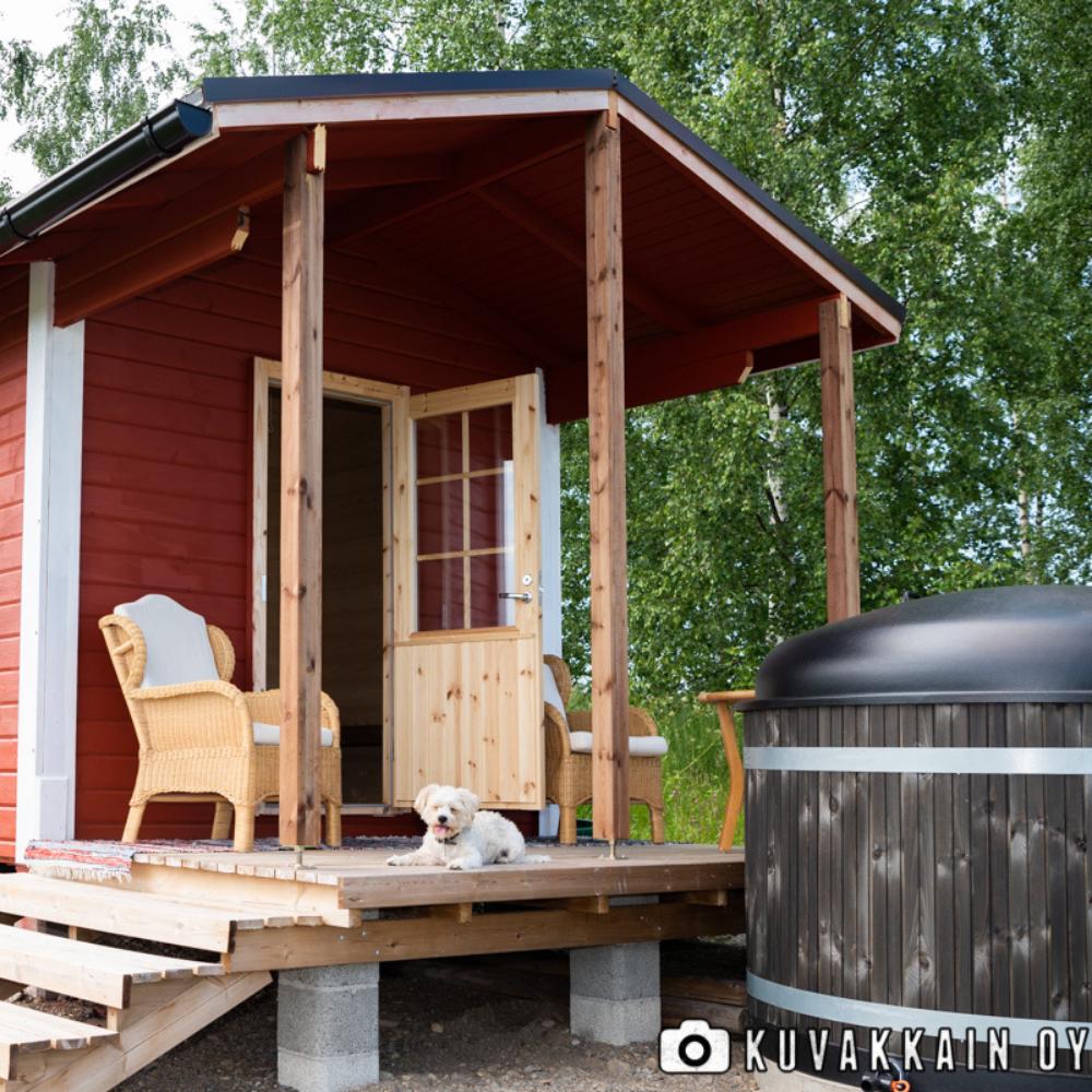Tentsile puumajoitteessa nukut yösi luonnossa puiden katveessa Itärajan Helmen maisemissa kauniissa Pohjois-Karjalassa
